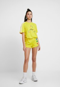 adidas Originals - PHARRELL WILLIAMS 3 STRIPES GRAPHIC TEE - T-shirts med print - yellow - 1