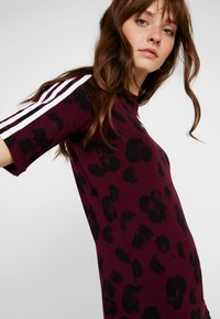 adidas Originals - T-shirts med print - maroon black - 3