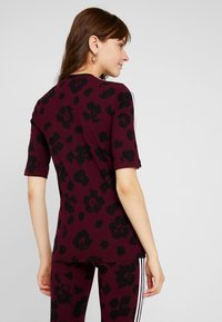 adidas Originals - T-shirts med print - maroon black - 2