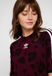 adidas Originals - T-shirts med print - maroon black - 5