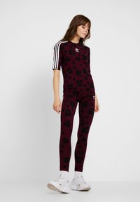 adidas Originals - T-shirts med print - maroon black - 1