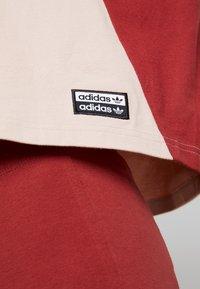 adidas Originals - BOXY TEE - T-shirt med print - ash pearl - 5