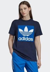 adidas Originals - BOYFRIEND LONG-SLEEVE TOP - T-shirts med print - blue - 0