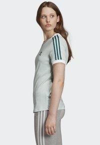 adidas Originals - 3-STRIPES T-SHIRT - T-shirts med print - green - 2