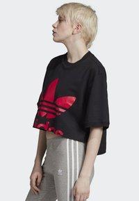 adidas Originals - CROPPED T-SHIRT - T-shirt con stampa - black - 2