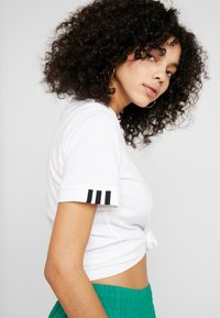 adidas Originals - TEE - T-shirt med print - white - 3