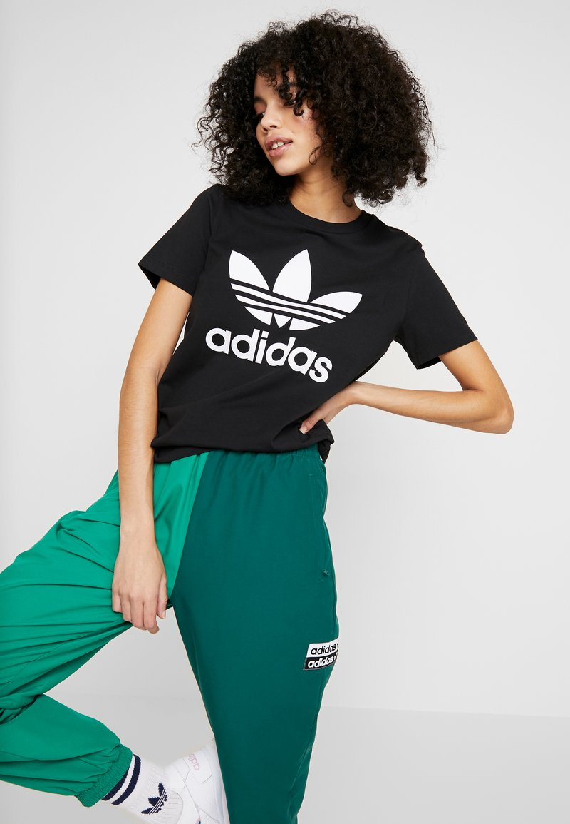 adidas Originals - TREFOIL TEE - T-shirts med print - black/white