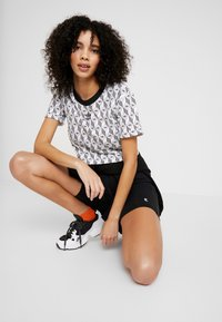adidas Originals - MONOGRAM CROPPED SHORT SLEEVE GRAPHIC TEE - Print T-shirt - black/white - 1