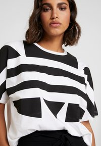 adidas Originals - LOGO TEE - T-shirt print - white/black - 5