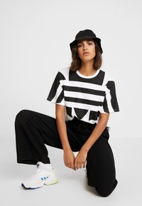 adidas Originals - LOGO TEE - T-shirt print - white/black - 3
