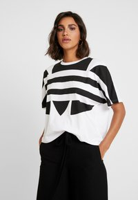 adidas Originals - LOGO TEE - T-shirt print - white/black - 0