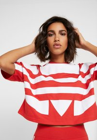 adidas Originals - LOGO TEE - T-shirt con stampa - lush red/white - 3