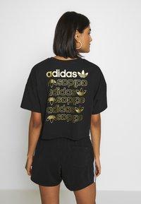 adidas Originals - LOGO TEE - T-shirt con stampa - black/gold - 2