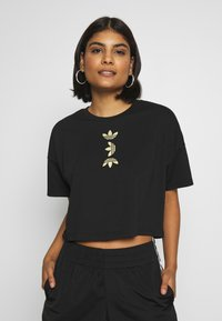 adidas Originals - LOGO TEE - T-shirt con stampa - black/gold - 0