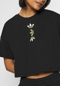 adidas Originals - LOGO TEE - T-shirt con stampa - black/gold - 4