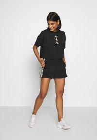 adidas Originals - LOGO TEE - T-shirt con stampa - black/gold - 1