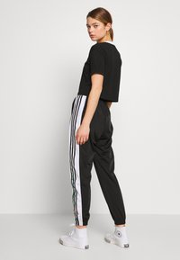 adidas Originals - ADICOLOR CROP TOP - T-shirt z nadrukiem - black/white - 2