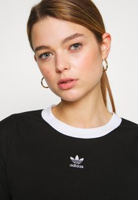 adidas Originals - ADICOLOR CROP TOP - T-shirt z nadrukiem - black/white - 3