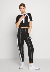 adidas Originals - ADICOLOR CROP TOP - T-shirt z nadrukiem - black/white - 1