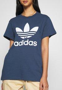 adidas Originals - T-shirt imprimé - night marine/white - 5