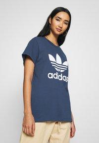 adidas Originals - T-shirt imprimé - night marine/white - 3
