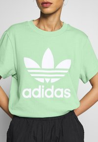 adidas Originals - T-shirt print - prism mint/white - 5