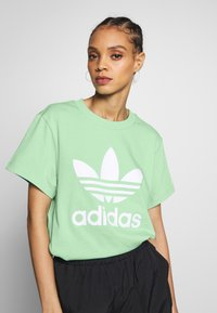 adidas Originals - T-shirt print - prism mint/white - 3