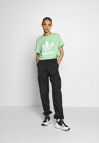 adidas Originals - T-shirt print - prism mint/white - 1