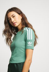 adidas Originals - TIGHT TEE - T-shirt med print - future hydro/white