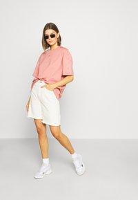 adidas Originals - Triko spotiskem - ash pink - 1