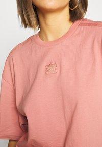 adidas Originals - Triko spotiskem - ash pink - 5