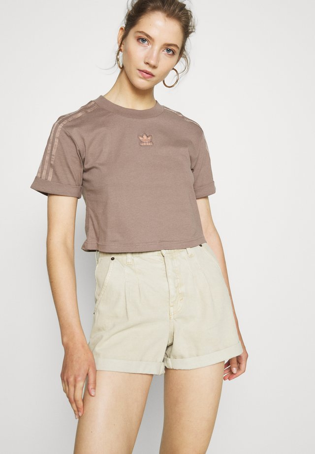 CROPPED - T-shirt con stampa - trace brown