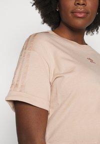 adidas Originals - CROP - Print T-shirt - ash peach - 3