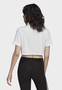 adidas Originals - CROP TOP - T-shirt z nadrukiem - white - 1