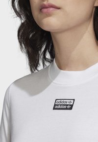 adidas Originals - CROP TOP - T-shirt z nadrukiem - white - 5