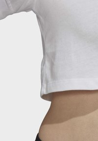 adidas Originals - CROP TOP - T-shirt z nadrukiem - white - 6
