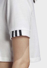 adidas Originals - CROP TOP - T-shirt z nadrukiem - white - 7