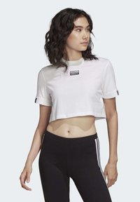 adidas Originals - CROP TOP - T-shirt z nadrukiem - white - 2