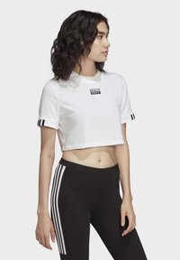 adidas Originals - CROP TOP - T-shirt z nadrukiem - white - 0