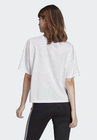 adidas Originals - LARGE LOGO T-SHIRT - Print T-shirt - white - 1