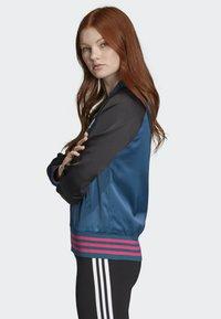adidas Originals - SATIN BOMBER TRACK TOP - Bombejakke - blue - 2