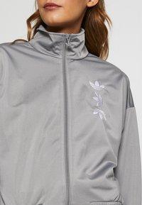 adidas Originals - LOGO - Veste de survêtement - grey/white - 5