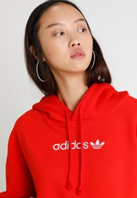 adidas Originals - COEEZE HOODIE - Bluza z kapturem - active red - 3