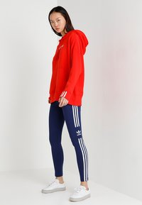 adidas Originals - COEEZE HOODIE - Bluza z kapturem - active red - 1