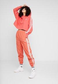 adidas Originals - ADICOLOR CROPPED HODDIE SWEAT - Felpa con cappuccio - trace scarlet/white - 1
