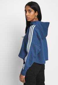 adidas Originals - ADICOLOR CROPPED HODDIE SWEAT - Bluza z kapturem - night marine/white - 2