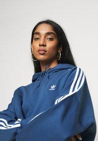 adidas Originals - ADICOLOR CROPPED HODDIE SWEAT - Bluza z kapturem - night marine/white - 3