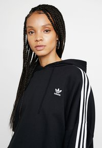 adidas Originals - ADICOLOR CROPPED HODDIE SWEAT - Bluza z kapturem - black - 3