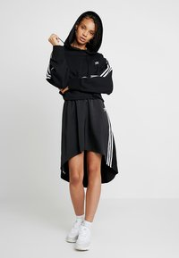 adidas Originals - ADICOLOR CROPPED HODDIE SWEAT - Bluza z kapturem - black - 1