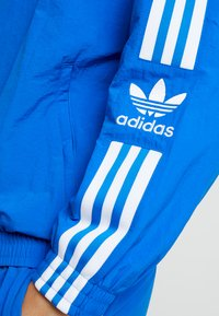 adidas Originals - LOCK UP - Summer jacket - bluebird - 5